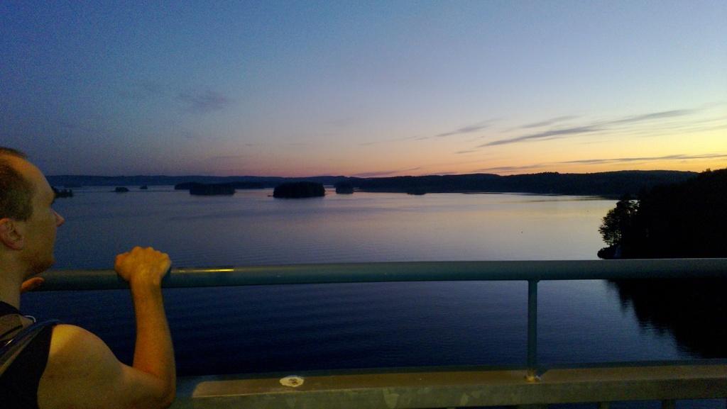 Kärkisten sillalla yön pimeimpänä hetkenä. kuva © Ilkka Lassila